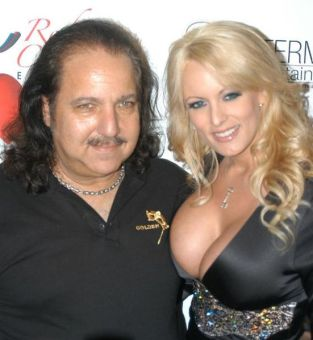 551px-Ron_Jeremy,_Stormy_Daniels_at_Ron_Jeremy's_Birthday_Party_1